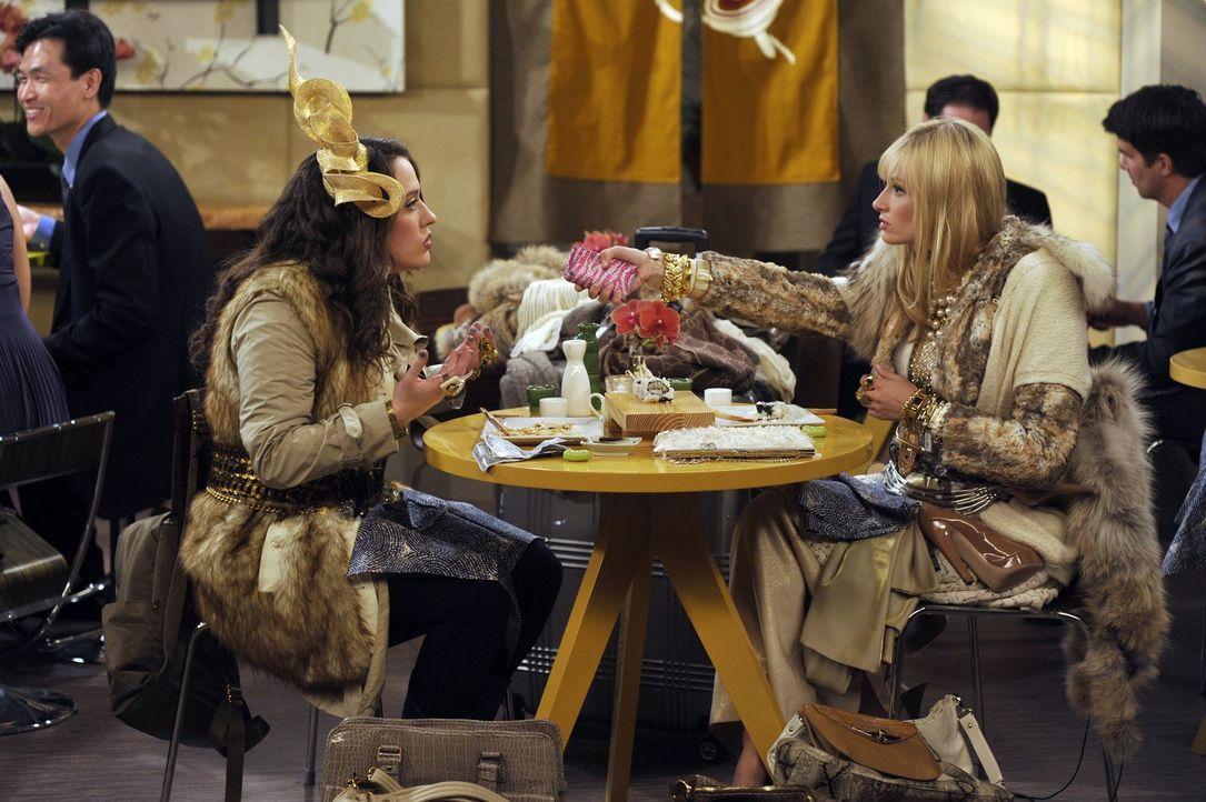 Sie verkaufen alles, außer ihren Körper: Die armen Kellnerinnen Max (Kat Dennings, l.) und Caroline (Beth Behrs, r.) hecken aus, wie sie durch den... - Bildquelle: Warner Brothers