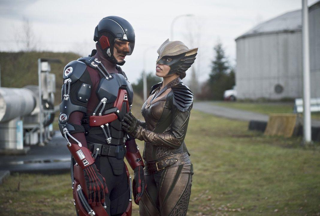 Ray alias Atom (Brandon Routh, l.) macht im Jahre 2147 eine Entdeckung, die seine Beziehung zu Kendra alias Hawkgirl (Ciara Renée, r.) erheblich bee... - Bildquelle: 2015 Warner Bros.