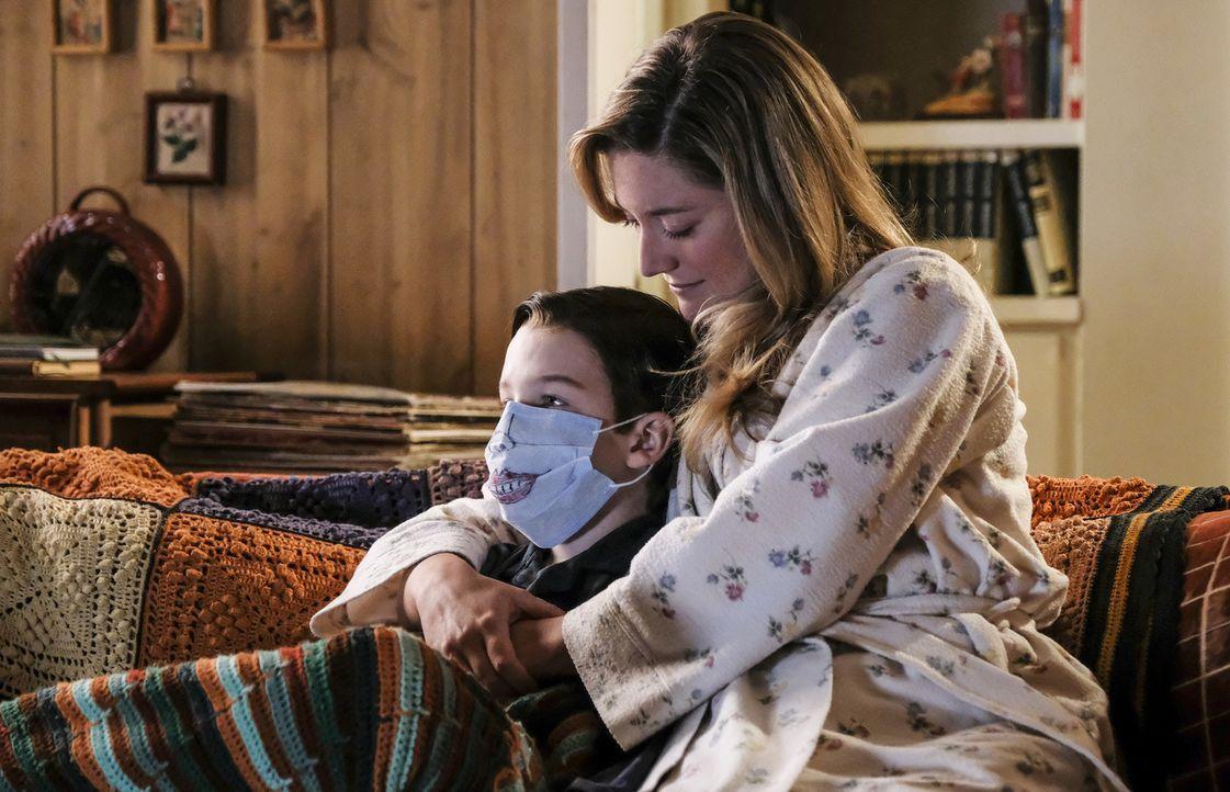 Noch zeigt Mary (Zoe Perry, r.) Verständnis für Sheldons (Iain Armitage, l.) Angst vor einer Erkältung ... - Bildquelle: Warner Bros. Television