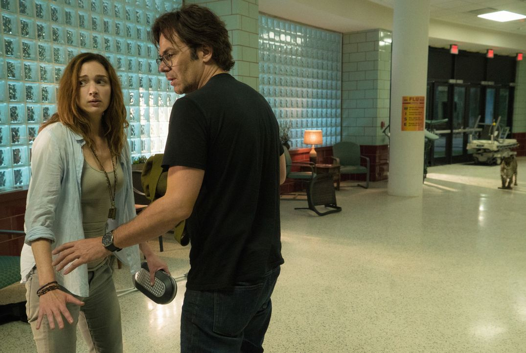 Das Krankenhaus, in das sie Jackson gebracht haben, ist völlig von Leoparden überrannt. Mitch (Billy Burke, r.) und Jamie (Kristen Connolly, l.) sin... - Bildquelle: Cook Allender 2015 CBS Broadcasting Inc. All Rights Reserved.