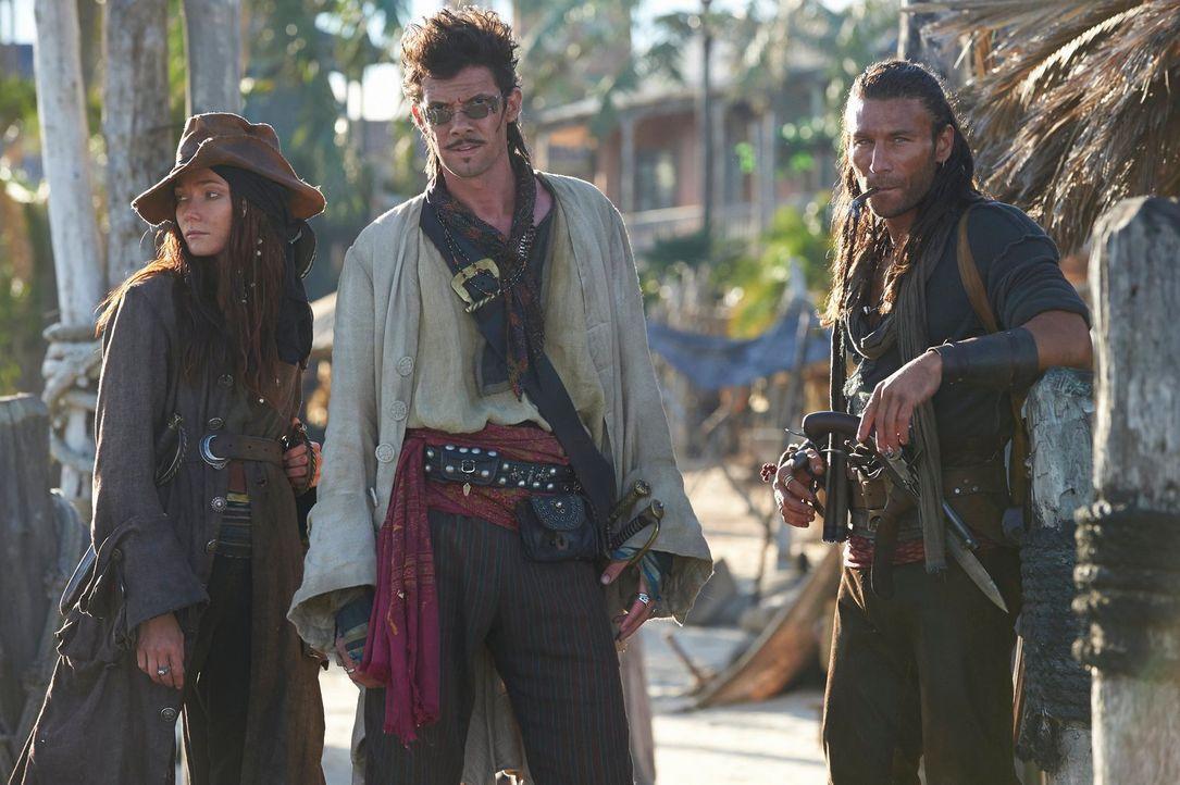 (1. Staffel) - Wahre Piraten: Anne Bonny (Clara Paget, l.), Ruckham (Toby Schmitz, M.) und ihr Captain Vane (Zach McGowan, r.) ... - Bildquelle: 2013 Starz Entertainment LLC, All rights reserved