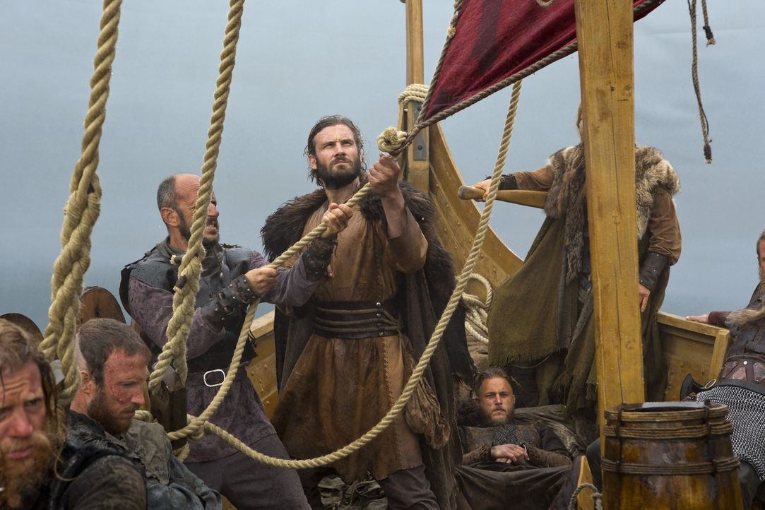 Zusammen mit seinem Bruder Rollo (Clive Standen, 3.v.r.) stellt Ragnar (Travis Fimmel, 2.v.r.) eine Crew zusammen, die nicht einmal den Tod fürchtet... - Bildquelle: 2013 TM TELEVISION PRODUCTIONS LIMITED/T5 VIKINGS PRODUCTIONS INC. ALL RIGHTS RESERVED.