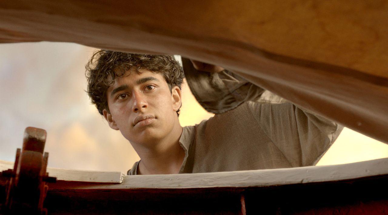 Mit letzter Kraft kann sich Pi (Suraj Sharma) in ein kleines Rettungsboot hieven. Umso überraschter ist er, dass das Boot nicht unbesetzt ist. Auf i... - Bildquelle: 2012 Twentieth Century Fox Film Corporation. All rights reserved.