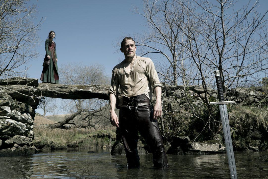 Die Magierin (Astrid Bergès-Frisbey, l.); Arthur (Charlie Hunnam, r.) - Bildquelle: Warner Bros.