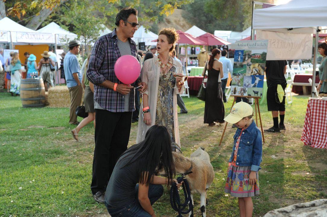 Eigentlich sind sich Max (Brad Garrett, l.) und Elaine (Elizabeth Perkins, M.) sicher, dass sie sich genauso um Natalie (Rachel Eggleston, r.) kümme... - Bildquelle: 2013 American Broadcasting Companies. All rights reserved.