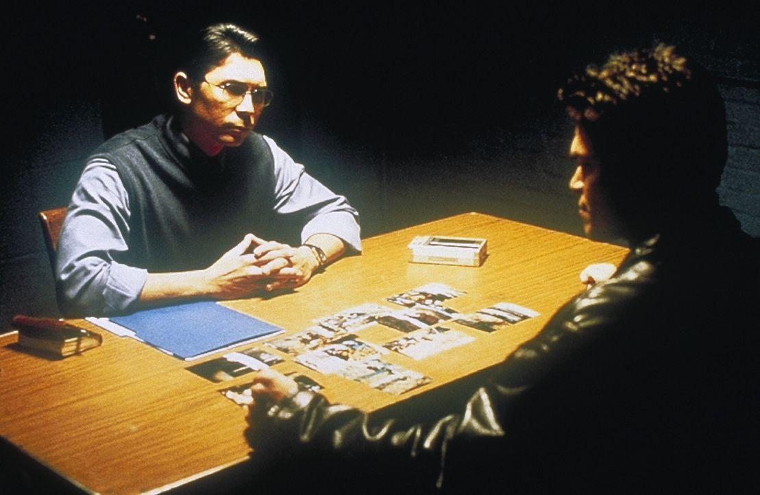 Lieutenant Nick Roos (Lou Diamond Phillips, l.) hat kein Glück, denn es gelingt ihm nicht, Paul Jarvis (Grant Nickalls) irgendeine Verbindung zu de... - Bildquelle: COLUMBIA TRISTAR INTERNATIONAL TELEVISION