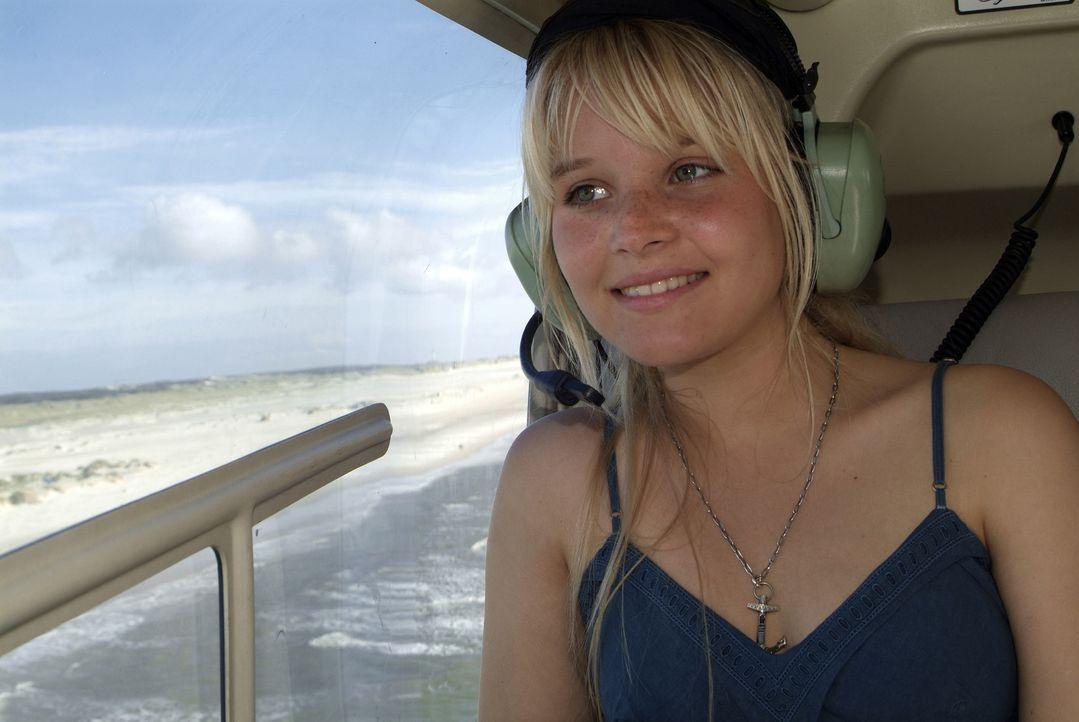 Rundflug über die Insel: Sonja Gerhardt alias Vic genießt die Drehpause. - Bildquelle: Walt Disney Studios Motion Pictures
