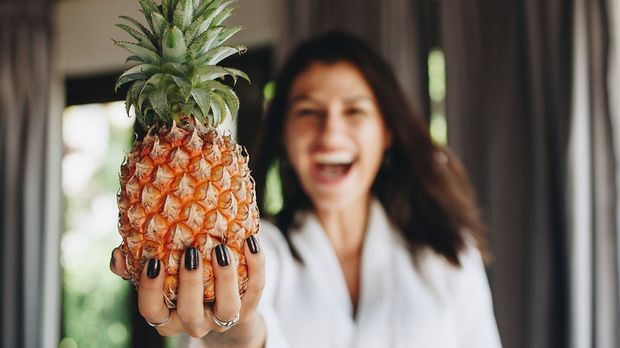 Pflanzliche Enzyme werden aus Früchten wie Ananas und Papaya gewonnen und wir...