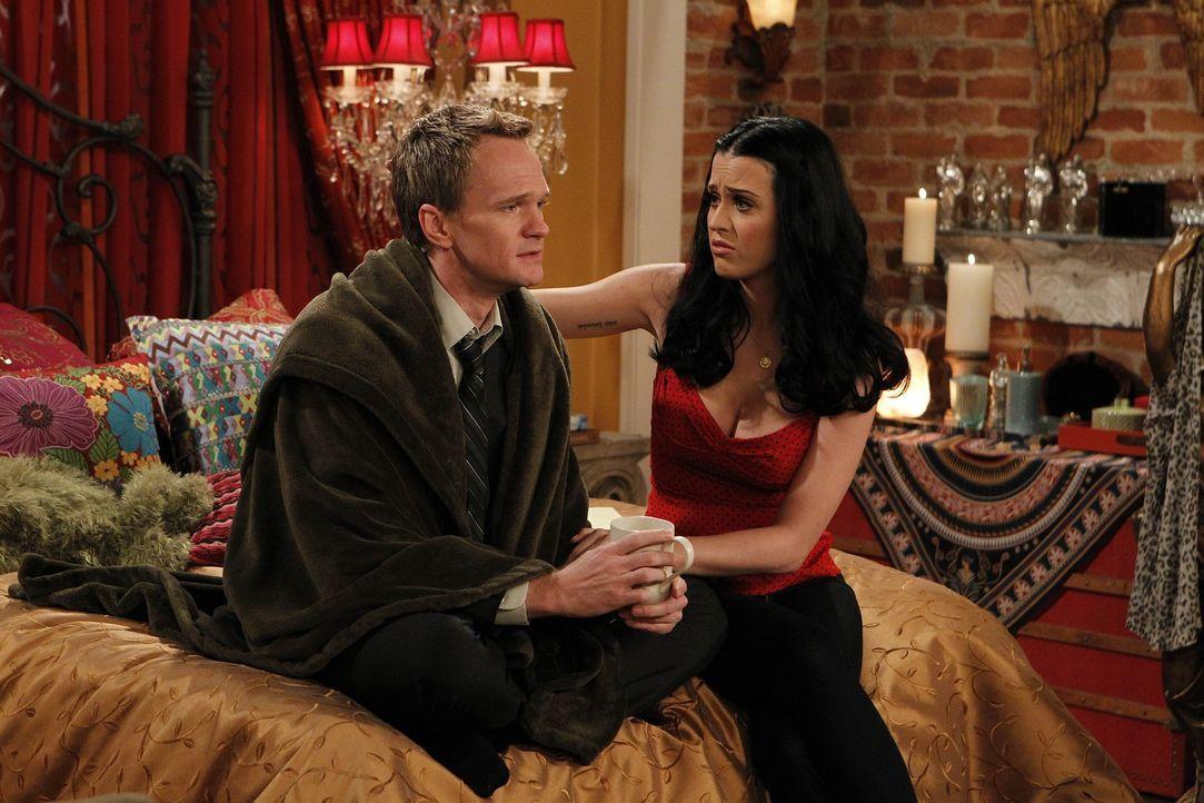 Während Ted merkt, dass es sich im Zoey verliebt hat, nutzt Barney (Neil Patrick Harris, l.) die Chance und verbringt einen Abend mit Honey (Katy P... - Bildquelle: 20th Century Fox International Television