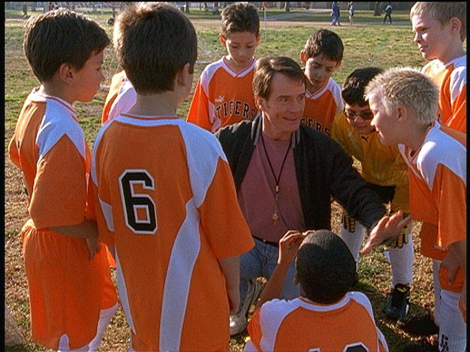 Hal (Bryan Cranston, M.) beschließt, Trainer von Deweys Fußballmannschaft zu werden. Als er ihnen von den Mächten des Bösen erzählt, scheint di... - Bildquelle: TM +   Twentieth Century Fox Film Corporation. All Rights Reserved.