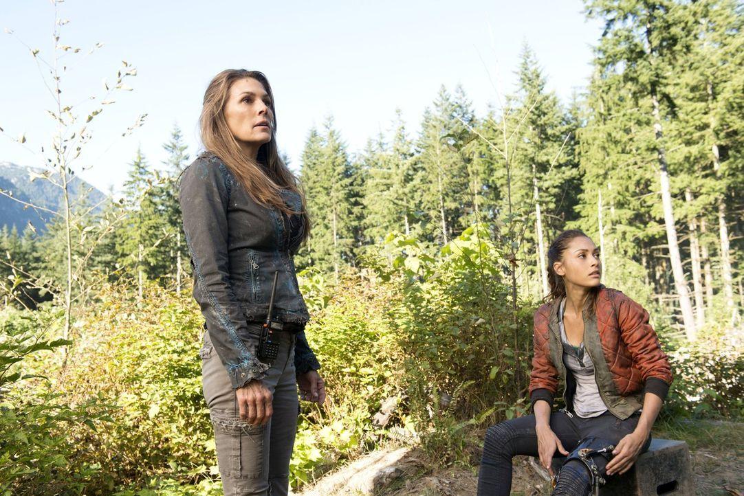 """Für Abi (Paige Turco, l.) hat die Mission zu """"Mount Weather"""" lediglich ein Ziel: die Zerstörung des Funksystems, aber Raven (Lindsey Morgan, r.) und... - Bildquelle: 2014 Warner Brothers"""