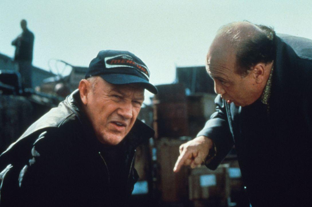 Gnadenlos nutzt Hehler Bergman (Danny DeVito, r.) Moores (Gene Hackman, l.) fatalen Fehler aus. Er zwingt den alternden Dieb, einen allerletzten Cou... - Bildquelle: Francise Productions