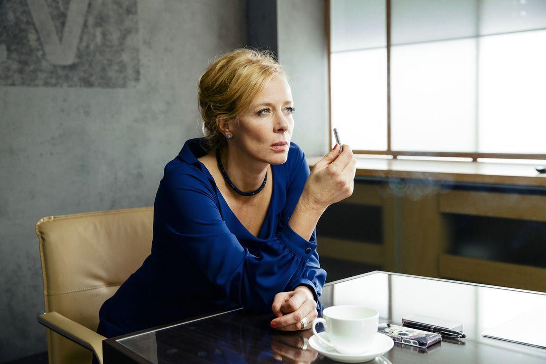 Wie weit würde die TV-Sender Vorsitzende Frau Bellini (Katja Riemann) für ihre neuste Entdeckung gehen? - Bildquelle: 2015 Constantin Film Verleih GmbH.