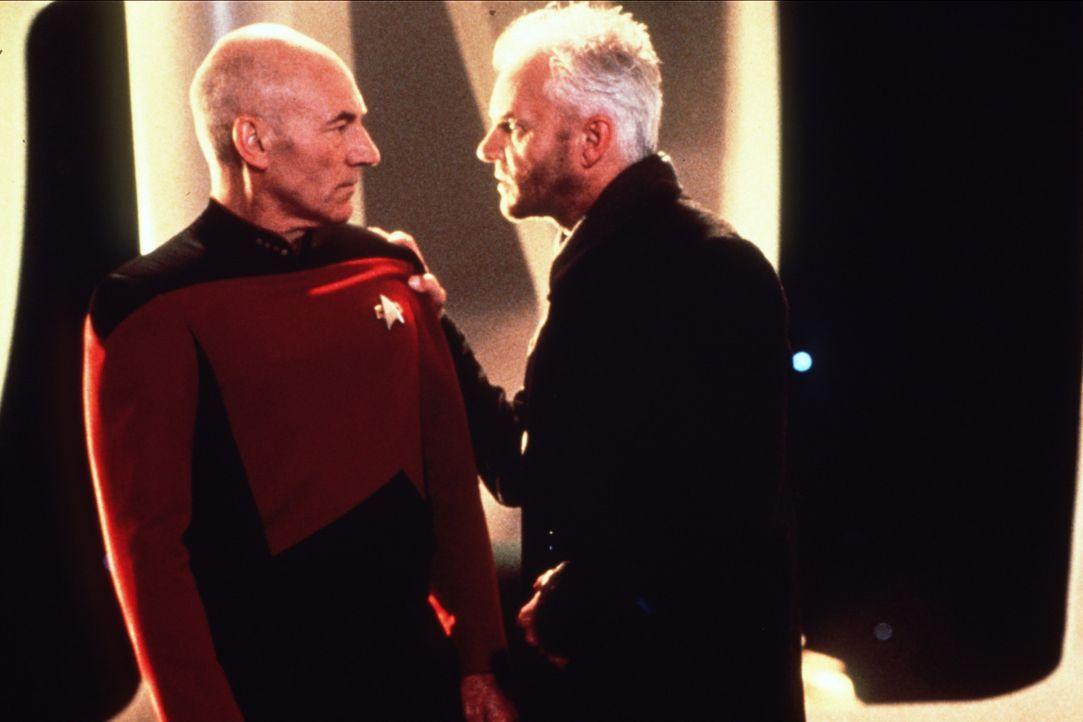 Captain Jean-Luc Picard (Patrick Stewart, l.) trifft auf einem entfernten Planeten auf den fanatischen Wissenschaftler Dr. Soran (Malcom McDowell, r... - Bildquelle: Paramount Pictures