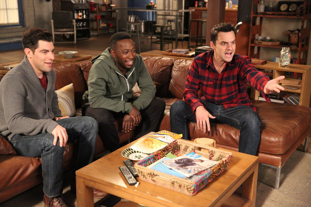 Werden Zeuge von Jess' ganz besonderem Auftritt in den Nachrichten: Schmidt (Max Greenfield, l.), Winston (Lamorne Morris, M.) und Nick (Jake Johnso... - Bildquelle: Adam Taylor 2016 Fox and its related entities.  All rights reserved.