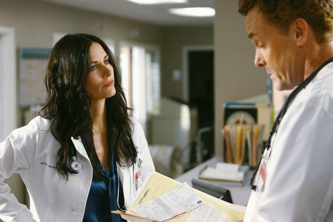 Dr. Cox (John C. McGinley, r.) ist genervt, und zwar von der neuen Chefärztin Dr. Maddox (Courteney Cox, l.), denn er verdächtigt sie, sich nicht... - Bildquelle: Touchstone Television