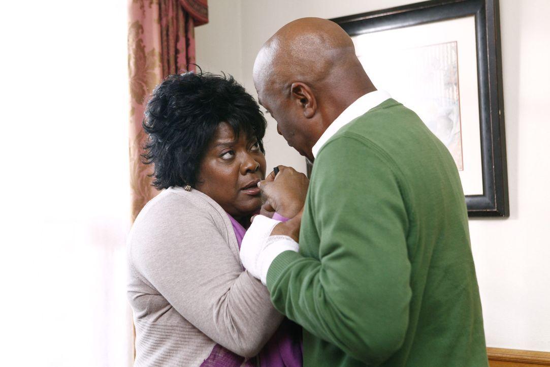 Da sich Adeles (Loretta Devine, l.) Zustand weiter verschlechtert, macht sich Richard (James Pickens jr., r.) große Sorgen um sie, während im Kran... - Bildquelle: ABC Studios