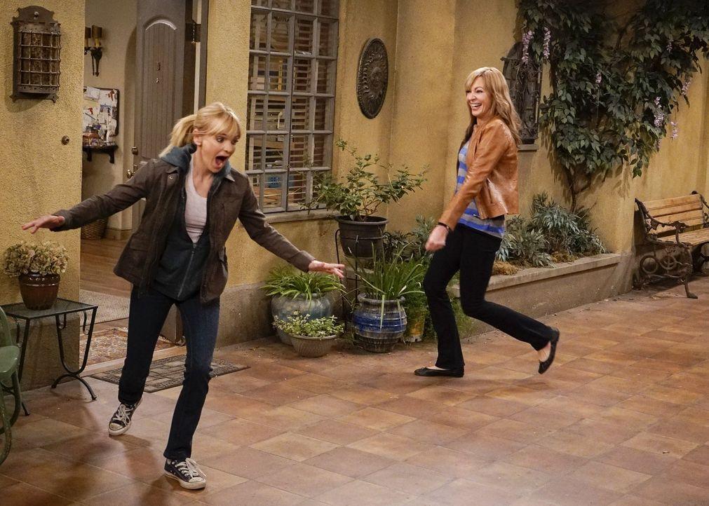 Nachdem Christy (Anna Faris, l.) und Bonnie (Allison Janney, r.) ausversehen zusammen Marihuanakekse gegessen haben, erleben Mutter und Tochter eine... - Bildquelle: 2016 Warner Bros. Entertainment, Inc.