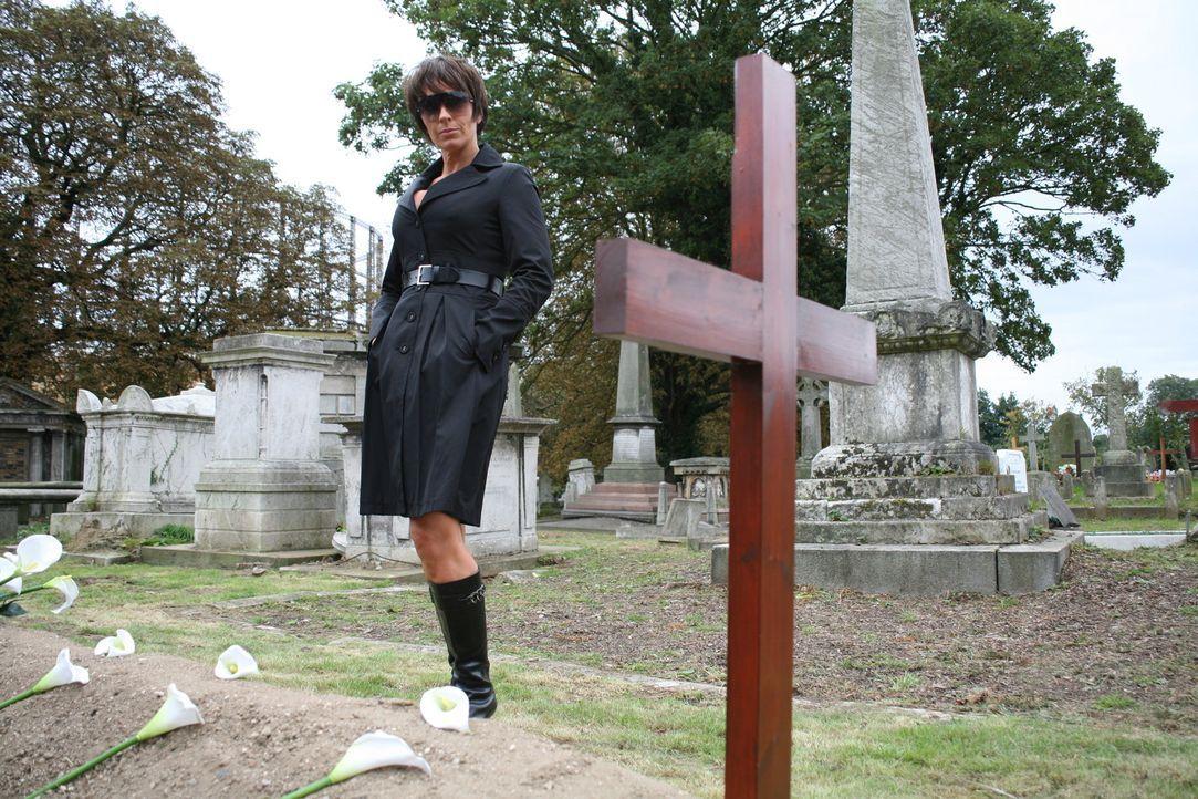 Helen (Juliet Aubrey) taucht am Grab des verlorenen Teammitglieds auf. Jedoch nicht alleine ... - Bildquelle: ITV Plc