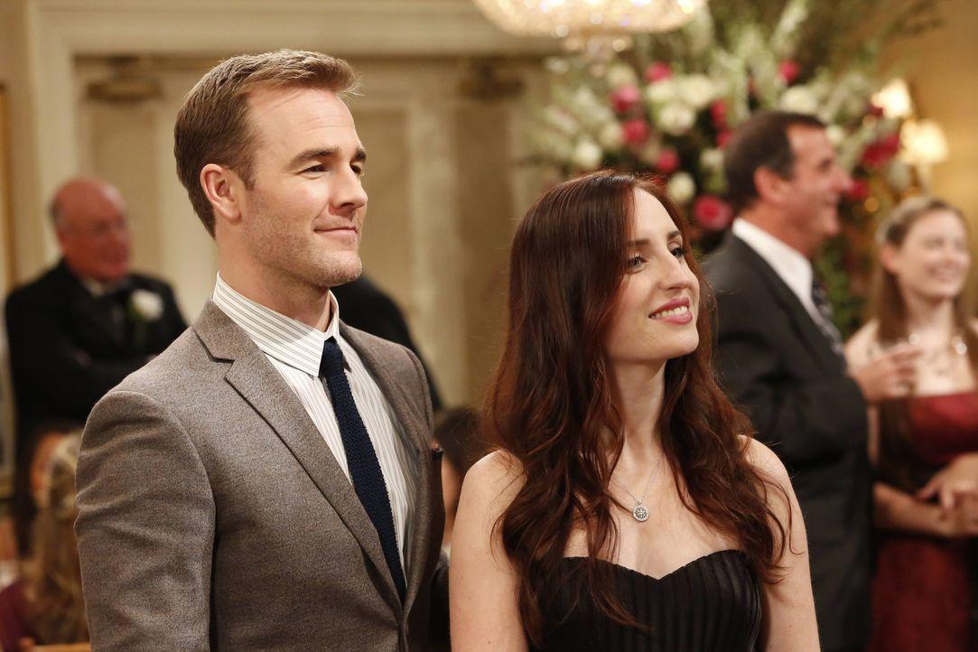 Mit allen Mitteln versucht Kate (Zoe Lister Jones, r.), mit ihrem angeblichen Freund Will (James Van Der Beek, l.) Neid zu schüren ... - Bildquelle: 2013 CBS Broadcasting, Inc. All Rights Reserved.