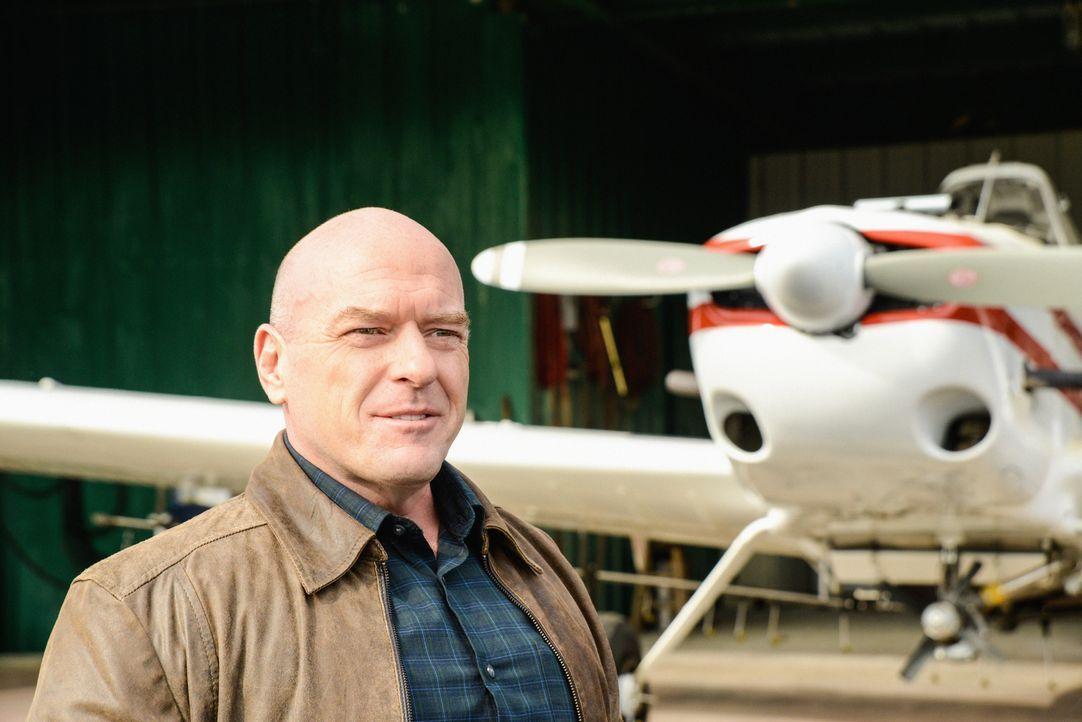 Immer mehr Menschen sehen in  Big Jim (Dean Norris) den Anführer, den Chester's Mill braucht ... - Bildquelle: Brownie Harris 2014 CBS Broadcasting Inc. All Rights Reserved.