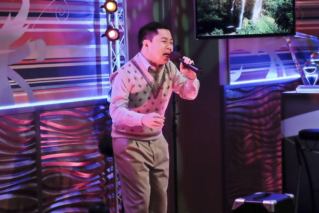 Weil Han (Matthew Moy) einer Gang das Geld nicht zurückzahlen kann, das er bei Wetten auf Frauentennis verloren hat, soll er noch einen Karaoke-Song... - Bildquelle: 2016 Warner Brothers