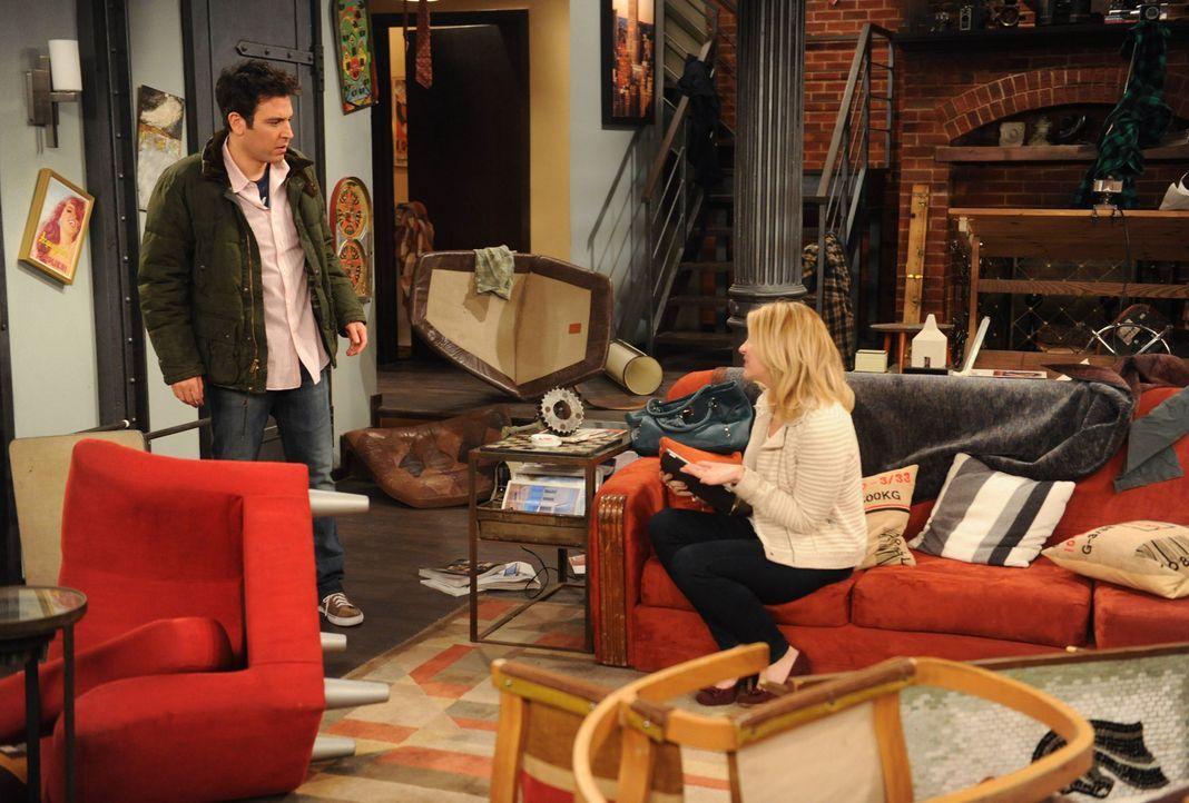 Ted (Josh Radnor, l.) ist entsetzt, als er nach Hause kommt und Jeanette (Abby Elliott, r.) die ganze Wohnung verwüstet hat - wegen einer E-Mail ... - Bildquelle: 2013 Twentieth Century Fox Film Corporation. All rights reserved.
