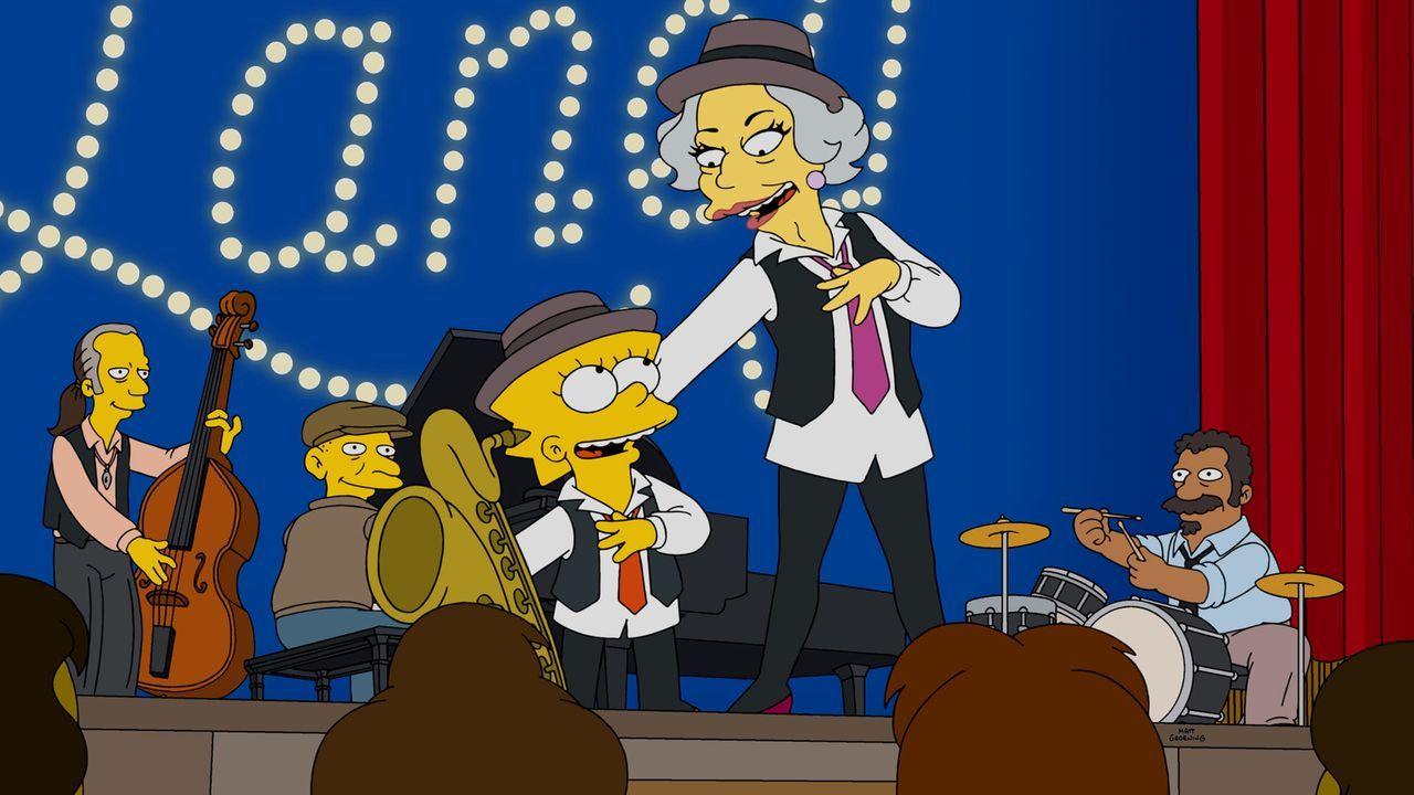 Damit Homer seine Wettschulden nicht zurückbezahlen muss, verlangt Broadway-Legende Laney Fontaine (r.), dass Lisa (l.) mit ihr auf Tour geht ... - Bildquelle: 2015 Fox and its related entities.  All rights reserved.