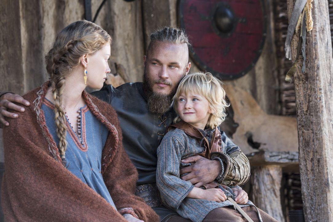 Ragnar (Travis Fimmel, M.) ist glücklich mit Aslaug (Alyssa Sutherland, l.) und Ubbe (Cormac Melia, r.) ... - Bildquelle: 2014 TM TELEVISION PRODUCTIONS LIMITED/T5 VIKINGS PRODUCTIONS INC. ALL RIGHTS RESERVED.