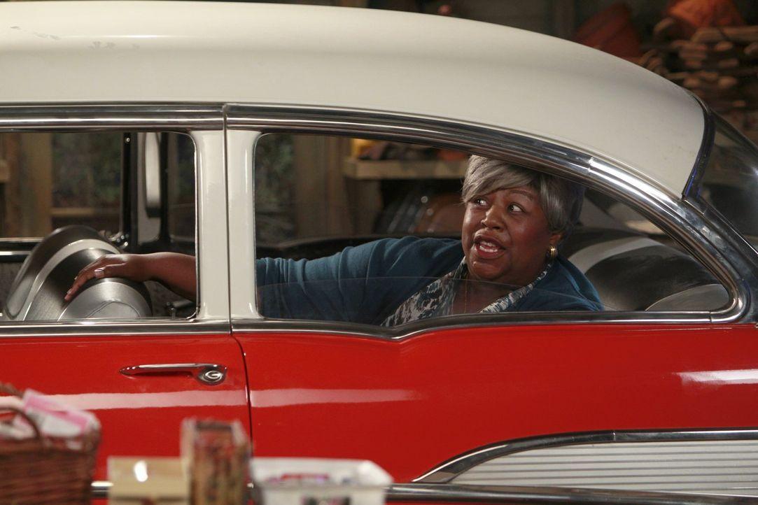 Ist von Mikes neuem Auto begeistert: Carls Oma (Cleo King) ... - Bildquelle: Warner Brothers