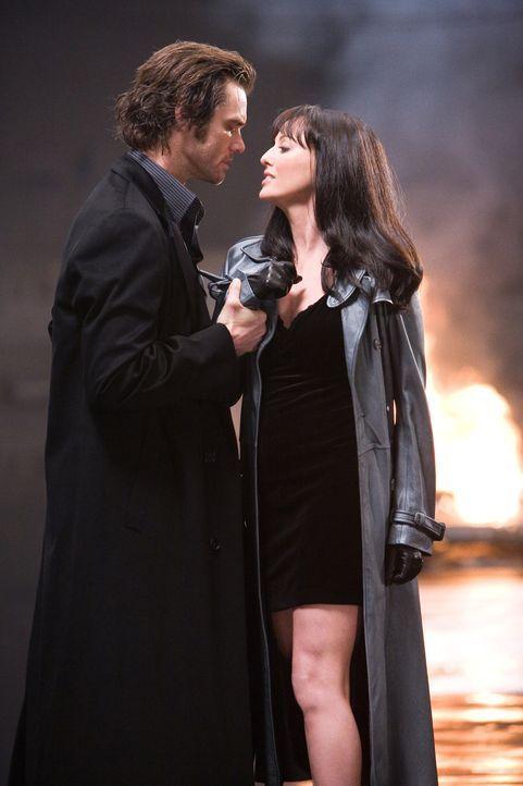 Schon bald ist Walter genauso besessen wie die Romanfigur Fingerling (Jim Carrey, l.) von der Zahl 23. Er ahnt jedoch nicht, welche Rolle die betör... - Bildquelle: 2007 Warner Brothers
