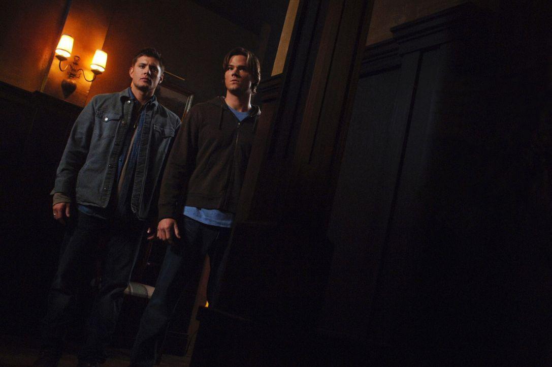 In einer Kleinstadt geschehen merkwürdige Dinge - Menschen hören auf zu sterben. Sam (Jared Padalecki, r.) und Dean (Jensen Ackles, l.) versuchen... - Bildquelle: Warner Bros. Television