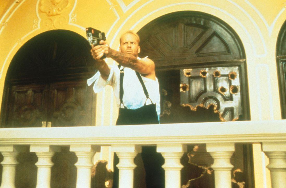 Um die Erde retten zu können, muss Korben (Bruce Willis) erst noch die vier machtvollen Steine auftreiben. Doch der Agent des Bösen, Zorg, ist ebe... - Bildquelle: Tobis Filmkunst
