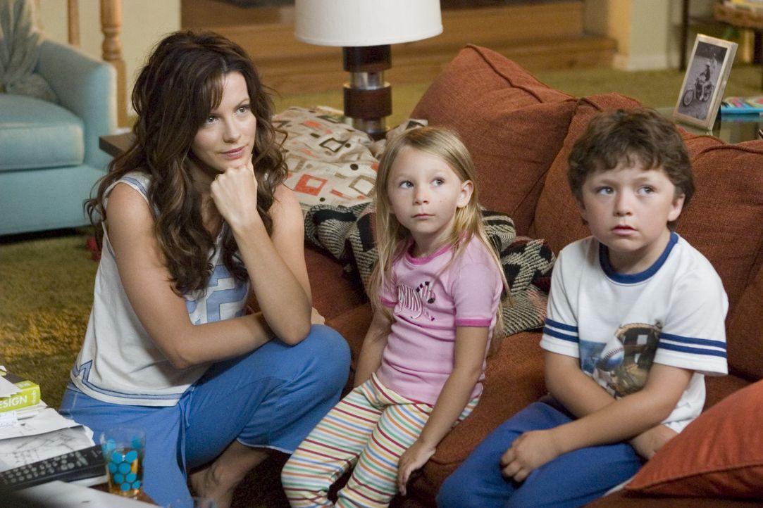 Der stets gestresste Michael Newman hat eine reizende Familie: seine Frau Donna (Kate Beckinsale, l.), Tochter Samantha (Tatum McCann, M.) und Sohne... - Bildquelle: Sony Pictures Television International. All Rights Reserved.