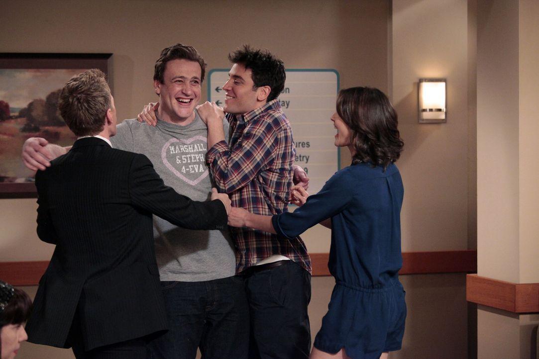 Freuen sich über den Nachwuchs ihrer Clique: Ted (Josh Radnor, 2.v.r.), Marshall (Jason Segel, 2.v.l.), Barney (Neil Patrick Harris, l.) und Robin (... - Bildquelle: 20th Century Fox International Television