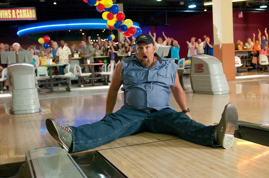 """Das Wunder von Metro County"": Weil Larry (Larry the Cable Guy) auf der Käsesoße seiner Nachos ausrutscht, räumt beim Bowling den Hauptgewinn ab - u... - Bildquelle: Jon Farmer 2011 Twentieth Century Fox Film Corporation and Walden Media, LLC. All rights reserved."