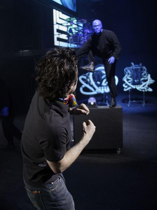 Im alkoholisierten Zustand landet J.D. (Zach Braff, l.) auf der Bühne der Blue Man Group ... - Bildquelle: Touchstone Television