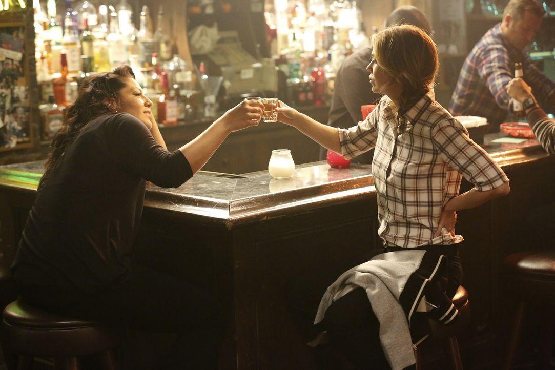 Auf die Freundschaft! Callie (Sara Ramirez, l.) und Meredith (Ellen Pompeo, r.) flüchten sich an die Bar ... - Bildquelle: ABC Studios