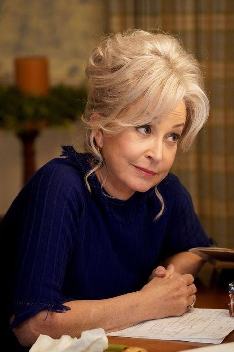 """Connie """"Meemaw"""" Tucker (Annie Potts) - Bildquelle: Robert Voets 2020 Warner Bros. Entertainment Inc. All Rights Reserved / Robert Voets"""