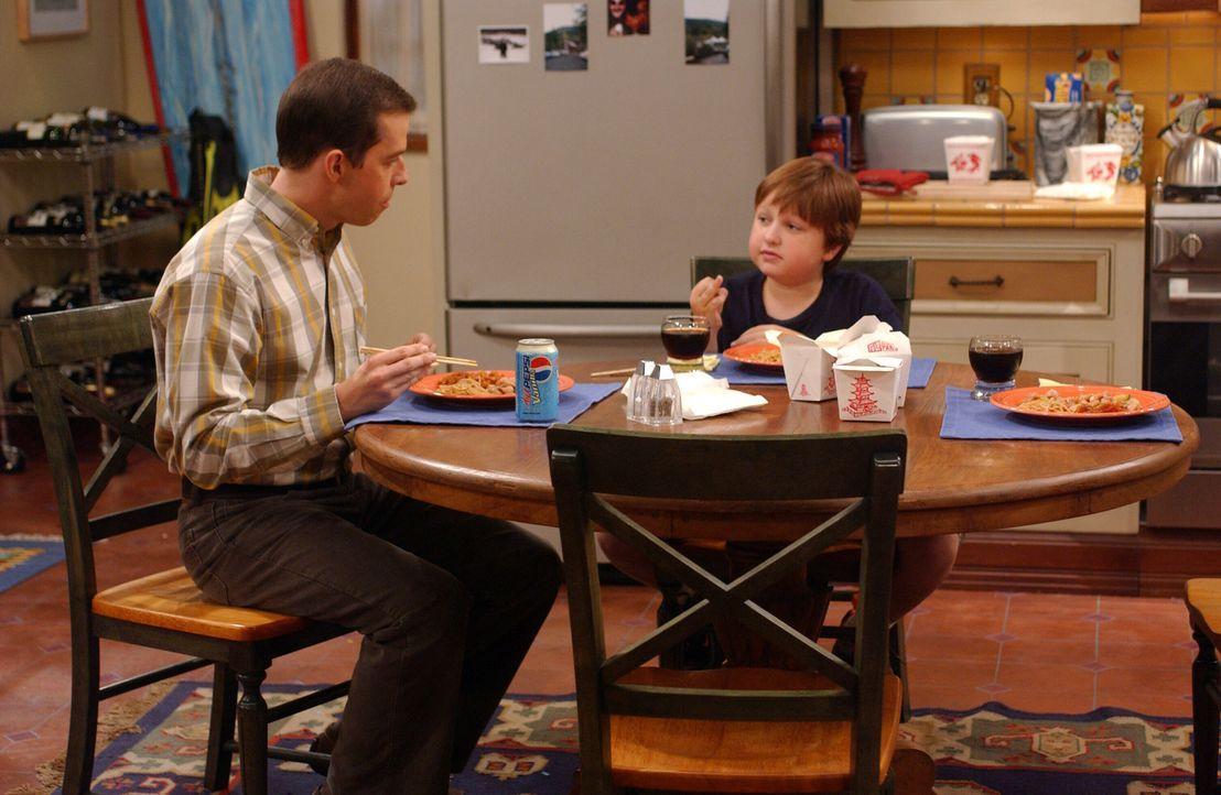 Jake (Angus T. Jones, r.) hat seiner Lehrerin den Mittelinger gezeigt ? jetzt droht ihm der Schulverweis. Alan (Jon Cryer, l.) ist außer sich ... - Bildquelle: Warner Bros. Television