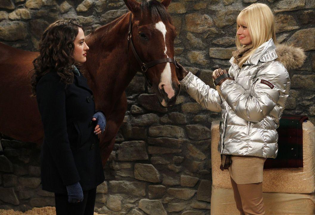 Der Winter ist nun auch in Williamsburg eingebrochen und Max (Kat Dennings, l.) und Caroline (Beth Behrs, r.) stehen vor einer Herausforderung: Caro... - Bildquelle: Warner Brothers