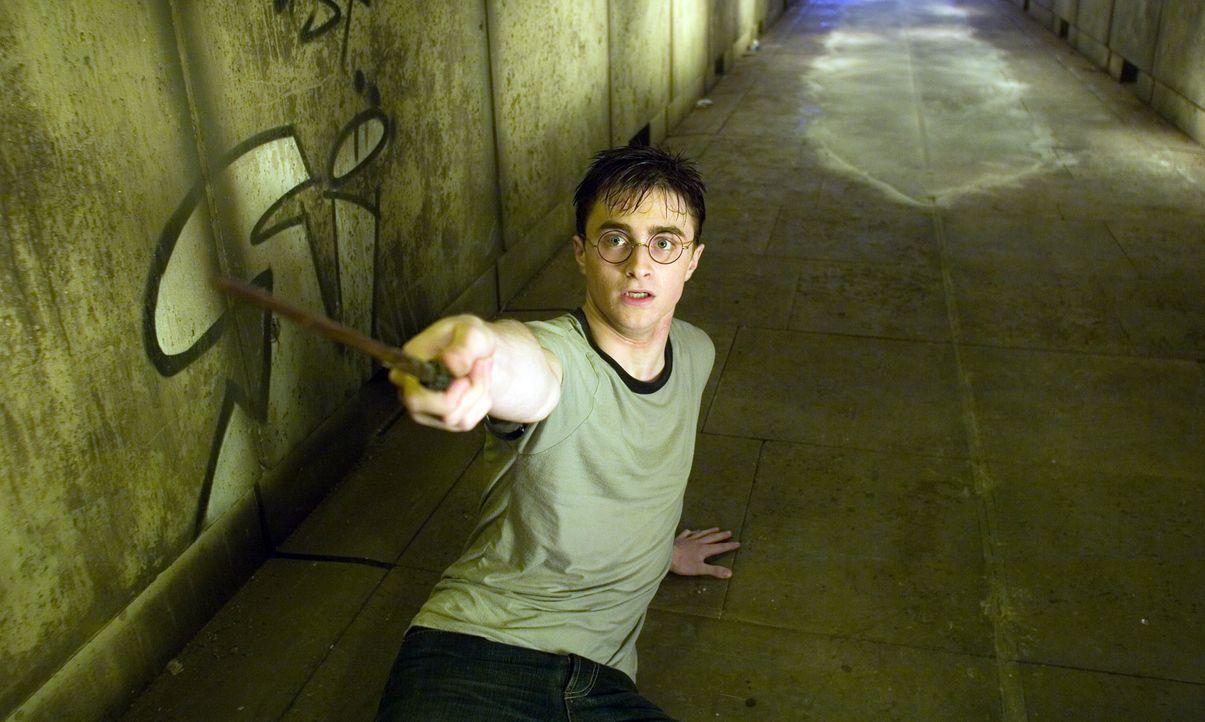 Harrys (Daniel Radcliffe) Albträume scheinen unheimliche Ereignisse anzukündigen. Doch das Schlimme ist: Professor Dumbledore, dessen Beistand er... - Bildquelle: Warner Brothers International