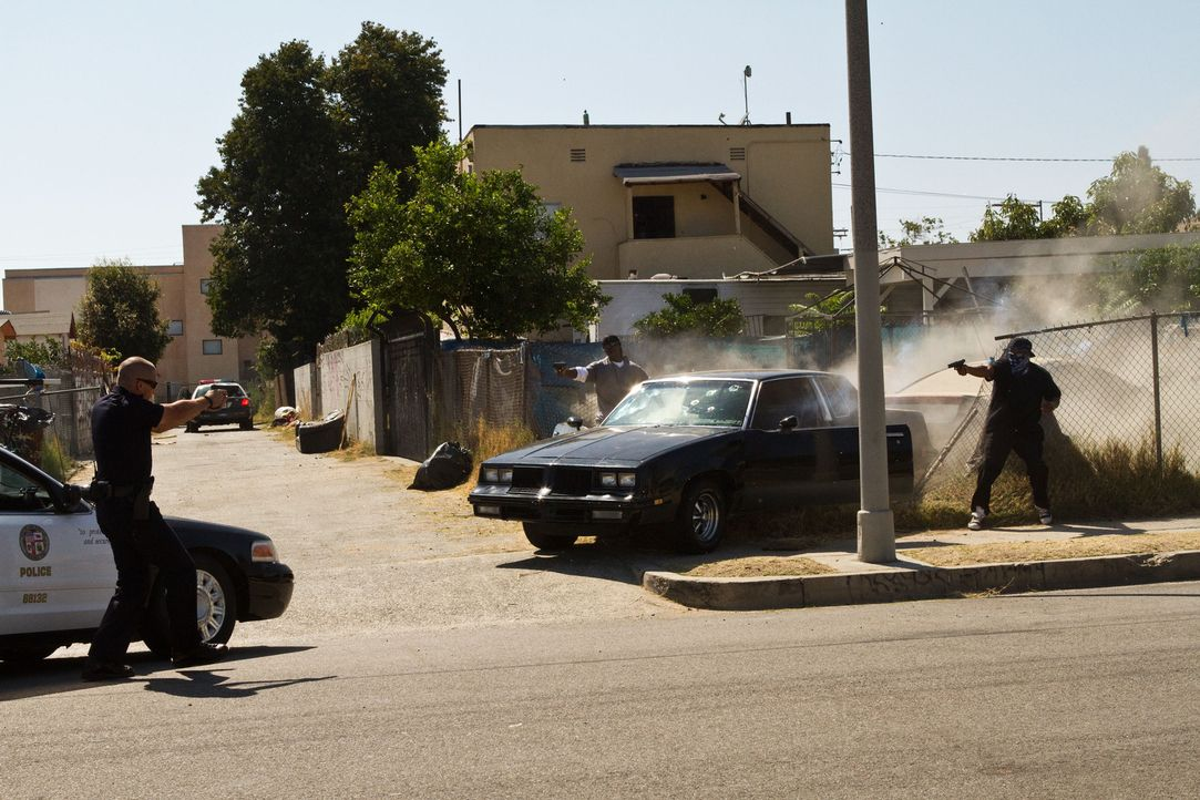 Im Visier der Drogenmafia: Officer Brian Taylor (Jake Gyllenhaal, l.) ... - Bildquelle: Scott Garfield 2011 Sole Productions, LLC. All rights reserved.