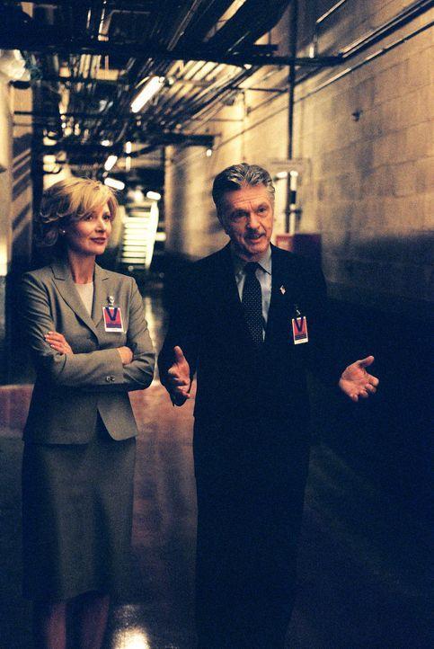 Admiral McKee (Tom Skerritt, r.) und seine Gattin Elise (Beth Broderick, l.) ahnen noch nicht, dass nicht alles Gold ist, was glänzt ... - Bildquelle: TM &   2006 CBS Studios Inc. All Rights Reserved.