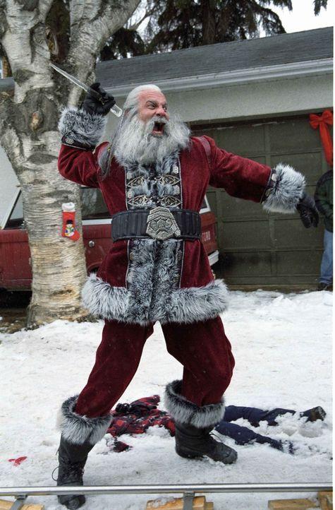 Früher zog Santa (Bill Goldberg), der Sohn vom Satan, jedes Jahr an Weihnachten mordend und meuchelnd über die Lande. Doch dann verlor er gegen ei... - Bildquelle: E.M.S. New Media AG
