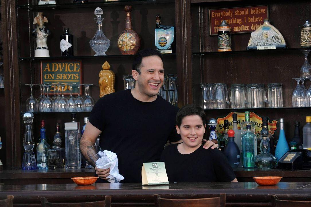 Ein Blick in die Zukunft: Barbesitzer Carl (Joe Nieves, l.) mit seinem Sohn (Steven Thomas Capp, r.) ... - Bildquelle: 2014 Twentieth Century Fox Film Corporation. All rights reserved.