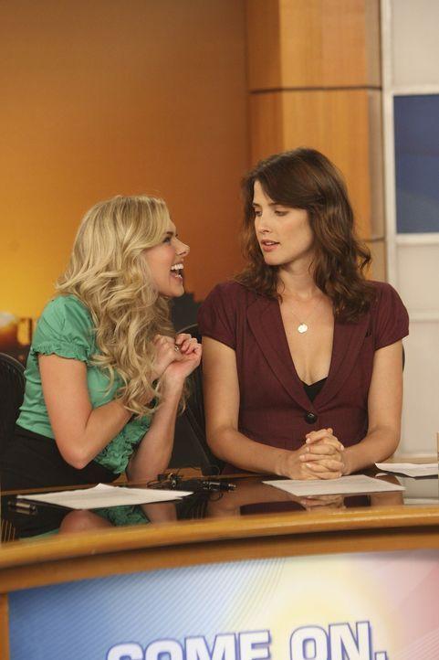 Ärgert sich immer mehr über ihre neue Co-Moderatorin Beckyn (Laura Bell Bundy, l.): Robin (Cobie Smulders, r.) ... - Bildquelle: 20th Century Fox International Television