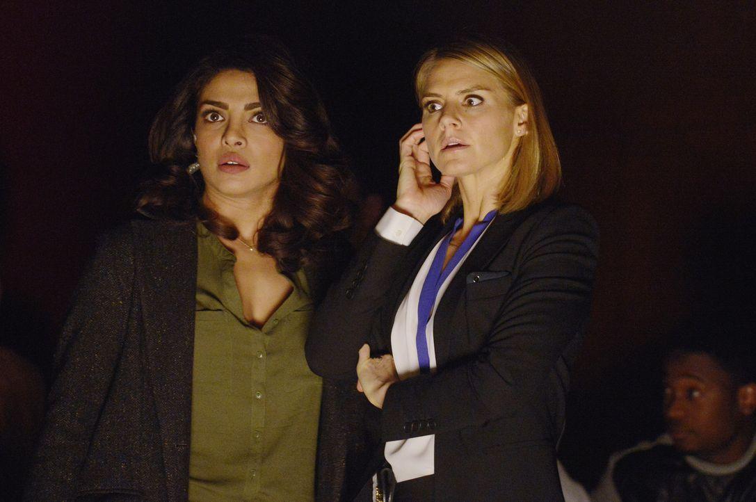 Hannah (Eliza Coupe, r.) schließt sich Alex (Priyanka Chopra, l.) und Simon an. Zusammen versuchen sie den unbekannten Terroristen davon abzuhalten,... - Bildquelle: Philippe Bosse 2015 ABC Studios