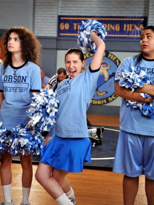 Während Sue (Eden Sher, M.) als Neujahrsvorsatz mit Ashley (Katlin Mastandrea, l.) und Becky (Jessica Marie Garcia) ein Cheerleading-Team für Wrestl... - Bildquelle: Warner Brothers