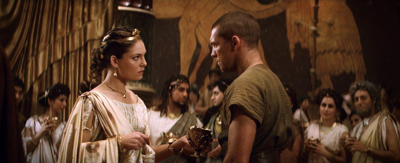Während ihr Vater den Göttern den Kampf ansagt, zweifelt Andromeda (Alexa Davalos, l.) daran, ob das der richtige Weg ist und auch Perseus (Sam Wort... - Bildquelle: 2010 Warner Bros.